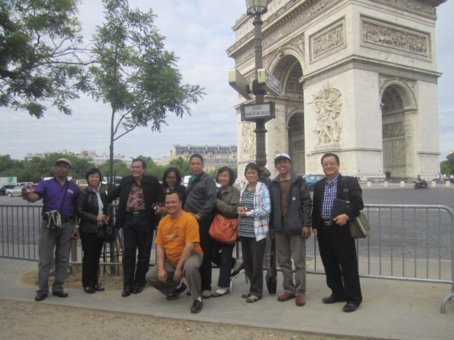 Berfoto di depan Arc the Triomph